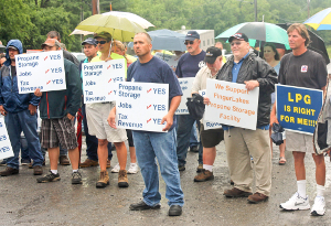 Rally supports gas storage project